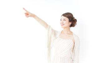 ドレス姿で上を差す女性の写真素材 [FYI04701603]