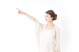 ドレス姿で上を差す女性の写真素材 [FYI04701611]