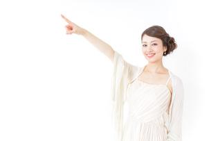 ドレス姿で上を差す女性の写真素材 [FYI04701612]