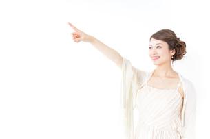ドレス姿で上を差す女性の写真素材 [FYI04701615]