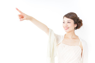 ドレス姿で上を差す女性の写真素材 [FYI04701619]