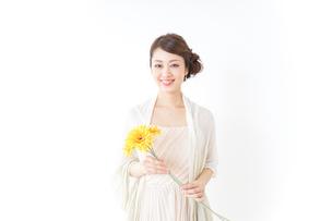 花を持つ女性の写真素材 [FYI04701621]