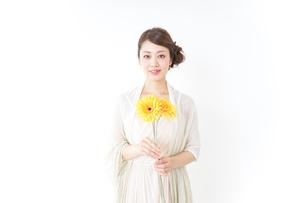 花を持つ女性の写真素材 [FYI04701622]