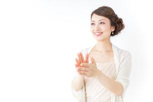 拍手する女性 披露宴 パーティーの写真素材 [FYI04701626]