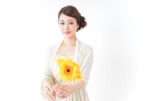 花を持つ女性の写真素材 [FYI04701632]