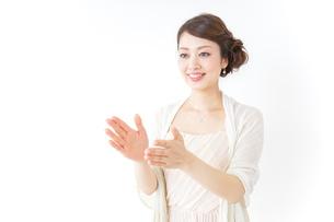 拍手する女性 披露宴 パーティーの写真素材 [FYI04701634]