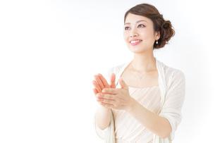 拍手する女性 披露宴 パーティーの写真素材 [FYI04701636]