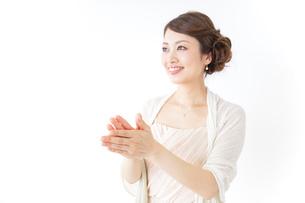 拍手する女性 披露宴 パーティーの写真素材 [FYI04701637]