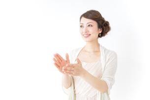 拍手する女性 披露宴 パーティーの写真素材 [FYI04701639]