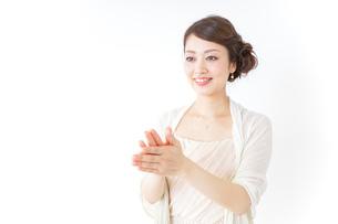 拍手する女性 披露宴 パーティーの写真素材 [FYI04701641]