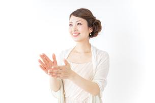 拍手する女性 披露宴 パーティーの写真素材 [FYI04701642]