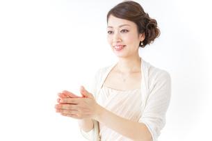 拍手する女性 披露宴 パーティーの写真素材 [FYI04701643]