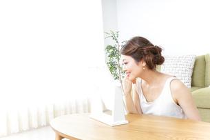 自宅でお化粧をする女性の写真素材 [FYI04701665]