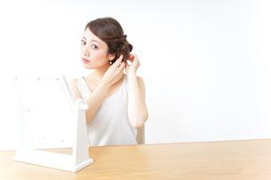髪の毛をセットする女性の写真素材 [FYI04701691]