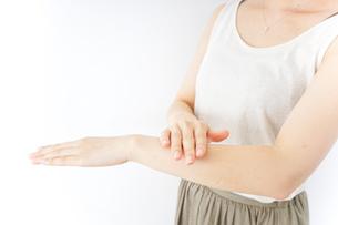 ハンドケアをする女性の写真素材 [FYI04701703]