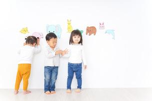 遊ぶ子供たちの写真素材 [FYI04701770]