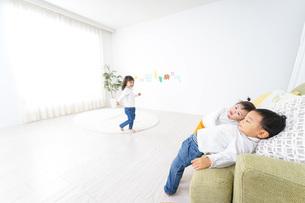 家で友だちと遊ぶ子供の写真素材 [FYI04701777]