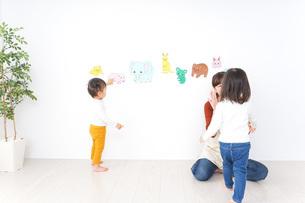 幼稚園で遊ぶ子どもの写真素材 [FYI04701778]