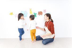 幼稚園で遊ぶ子どもの写真素材 [FYI04701788]