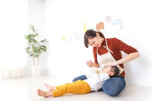 体調不良の子供と保育士の写真素材 [FYI04701799]