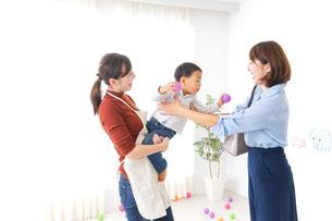 幼稚園の送り迎えをするお母さんの写真素材 [FYI04701809]