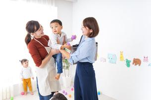 幼稚園のお迎えに行くお母さんの写真素材 [FYI04701810]