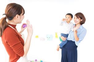 幼稚園の送り迎えをするお母さんの写真素材 [FYI04701811]