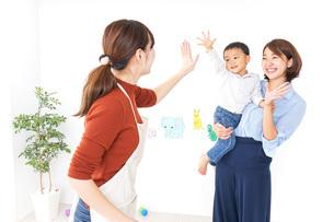 幼稚園の送り迎えをするお母さんの写真素材 [FYI04701817]