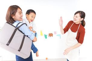 幼稚園の送り迎えをするお母さんの写真素材 [FYI04701818]