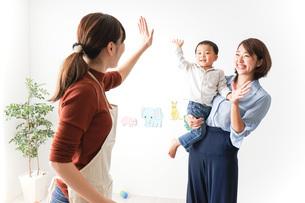 幼稚園の送り迎えをするお母さんの写真素材 [FYI04701821]