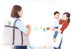幼稚園の送り迎えをするお母さんの写真素材 [FYI04701822]