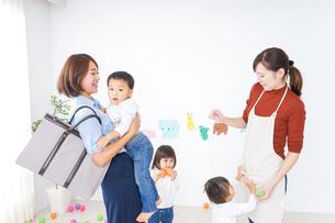 幼稚園のお迎えに行くお母さんの写真素材 [FYI04701824]