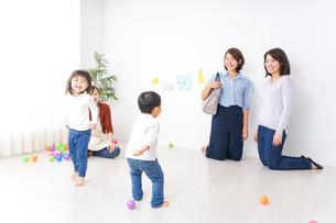 幼稚園の送り迎えをするビジネスウーマンの写真素材 [FYI04701836]