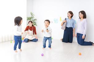 幼稚園の送り迎えをするビジネスウーマンの写真素材 [FYI04701837]