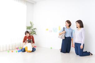 幼稚園の送り迎えをするビジネスウーマンの写真素材 [FYI04701840]