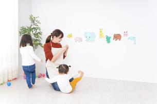 幼稚園で遊ぶ子どもの写真素材 [FYI04701864]