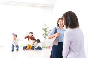 幼稚園の送り迎えをするビジネスウーマンの写真素材 [FYI04701866]
