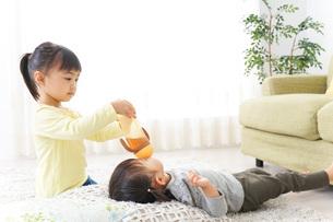 遊ぶ子供たちの写真素材 [FYI04701881]