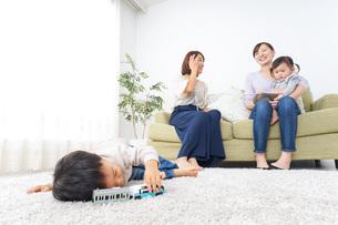 幼馴染とママ友の写真素材 [FYI04701895]