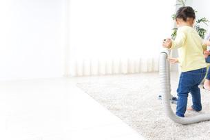 部屋を掃除する子供の写真素材 [FYI04701899]