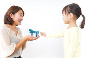 プレゼント交換をする子供の写真素材 [FYI04701915]