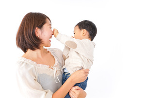 男の子を抱くお母さんの写真素材 [FYI04701939]