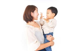 男の子を抱くお母さんの写真素材 [FYI04701942]