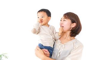 男の子を抱くお母さんの写真素材 [FYI04701949]
