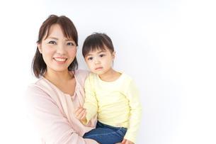 子どもを抱っこする母の写真素材 [FYI04701956]