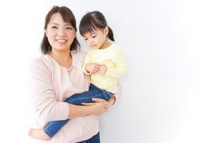 赤ちゃんを抱っこするお母さんの写真素材 [FYI04701959]
