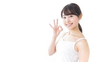 OKジェスチャーをする美容女性の写真素材 [FYI04701992]