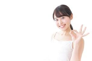 OKジェスチャーをする美容女性の写真素材 [FYI04702002]