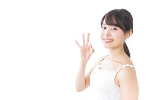 OKジェスチャーをする美容女性の写真素材 [FYI04702004]
