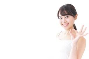 OKジェスチャーをする美容女性の写真素材 [FYI04702005]
